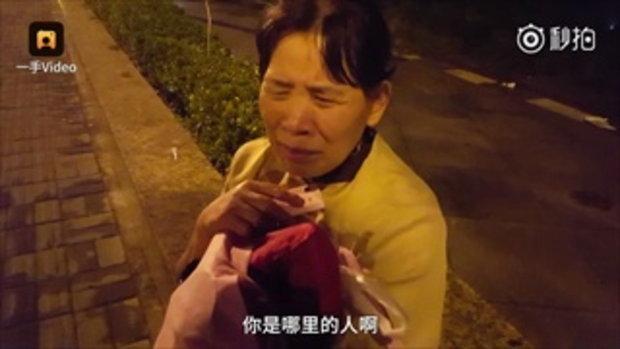 ป้าชาวจีนร้องไห้ริมถนนเหตุถูกรังแก หนุ่มสาวเข้าช่วยพาส่งขึ้นรถ
