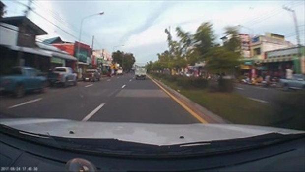 ชาวเน็ตแชร์ตามหา รถกระบะปาดหน้าเข้าโค้ง ชนรถจักรยานยนต์คว่ำหน้าฟาดถูไปกับพื้น