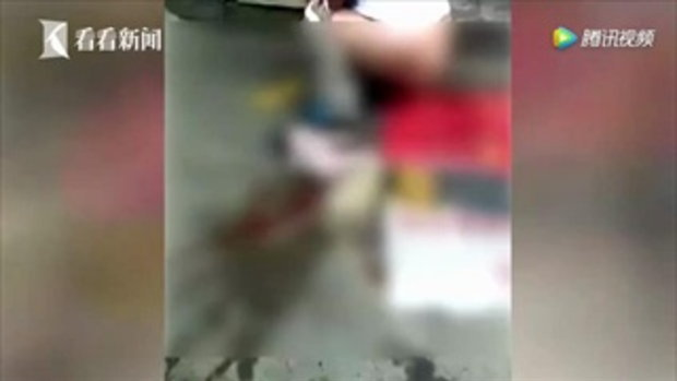 ช็อก! หญิงจีนไปจ่ายตลาดเกิดเจ็บท้อง ยืนคลอดลูกริมถนน