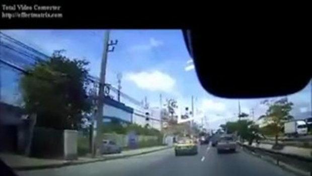 หวิดถูกรถทับ! หนุ่มซิ่ง จยย. ไปชนท้ายรถยนต์ คันอื่นที่ตามหลังมาพุ่งชนไปด้วย