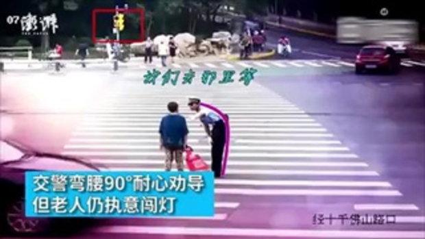 ยอมใจ มนุษย์ป้า จะข้ามถนน จราจรห้ามก็ไม่แคร์ สุดท้ายต้องช่วยพาข้าม