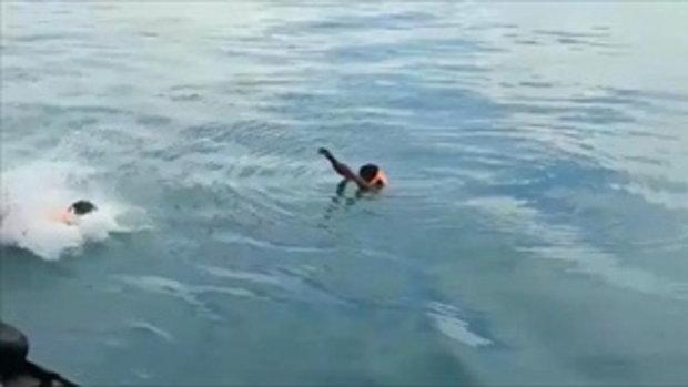 รอดตายปาฏิหาริย์ หนุ่มคลุ้มคลั่งกระโดดลงทะเล ลอยตัวนาน 4 ชม.
