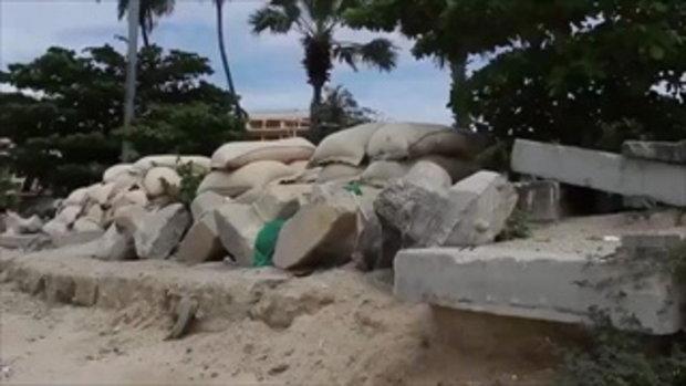 """ชาวบ้านโวย ผู้รับเหมาไม่เก็บวัสดุก่อสร้าง เปลี่ยนชายหาด มีสภาพ """"วอร์โซน"""""""