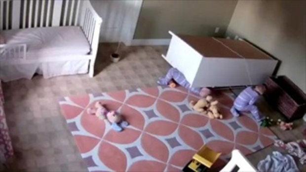 หนูน้อยวัย 2 ขวบเป็นฮีโร่ ช่วยชีวิตฝาแฝดจากอุบัติเหตุตู้ล้มทับ