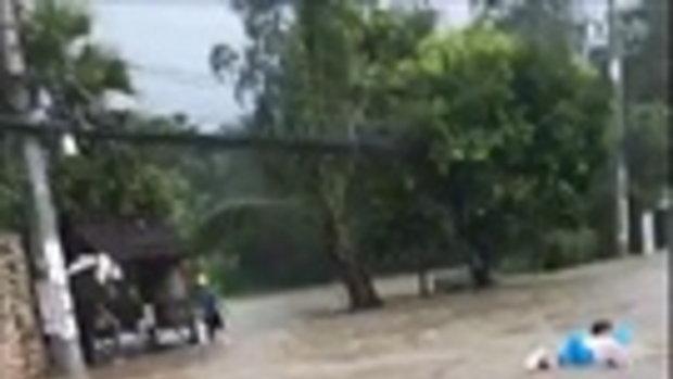 น้ำท่วมเกาะสมุย ฝรั่งเฮฮาเอาแพยางมาลุยเล่นน้ำกลางถนน