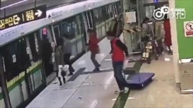 คุณพ่อยอดแย่แห่งปี 2017 เข็นรถเข็นลูก กั้นประตูรถไฟกำลังปิด