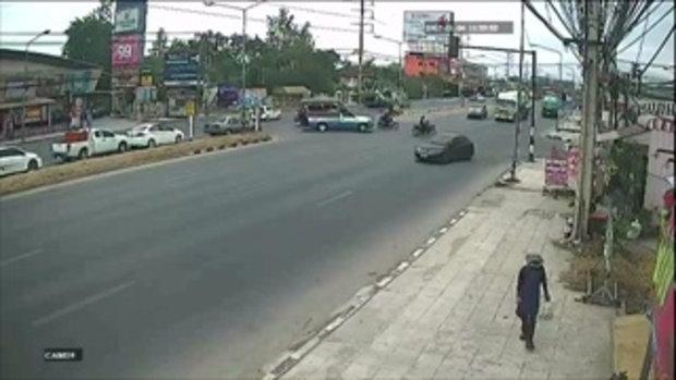 คลิปรถบรรทุกพ่วงขับปาดจากเลนซ้ายสุด ข้ามไปจุดกลับรถ ชนเก๋งมาทางตรงอย่างจัง
