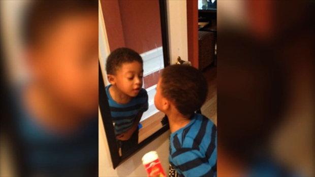 เมื่อเด็กเห็นตัวเองในกระจกครั้งแรก