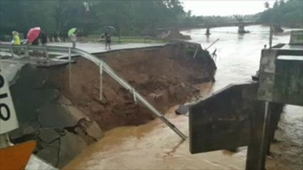 คลิป สะพานข้ามคลองบางสะพานขาดจากกระแสน้ำป่าไหลหลาก
