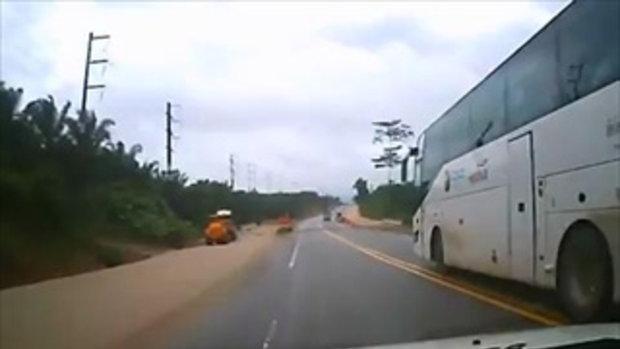 ช่างกล้าเสี่ยง !!! รถทัวร์แซงเส้นทึบโครตอันตราย