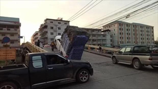 คลิปรถกระบะบรรทุกหนักเกิน หงายหลังตอนขึ้นทางชัน คลิป 1