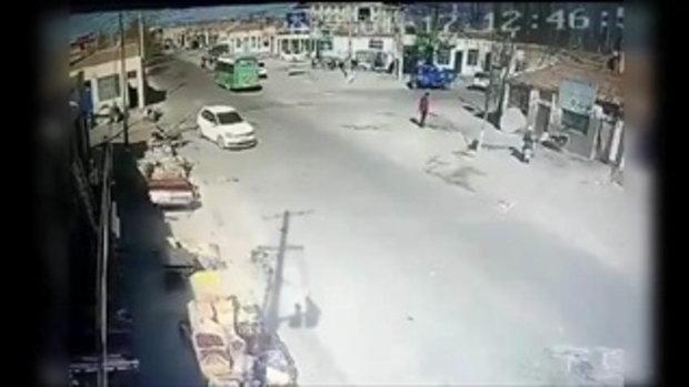 คลิประทึก! รถบรรทุกเสียหลัก พุ่งชนบ้านพังราบ คนยืนริมถนนรอดตายปาฏิหาริย์