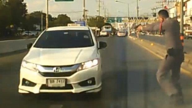 คลิปนาทีตำรวจโคราช ไล่ล่าหนุ่มโชว์ปืน ก่อนหนีชนรถตำรวจกระเด็น