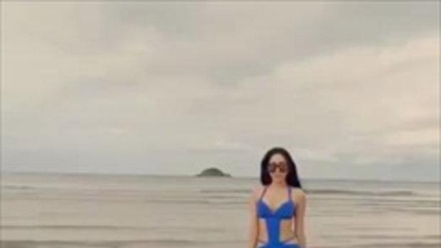 สาวสวยกับหุ่น sexy อวดลีลาเดินแบบริมหาด