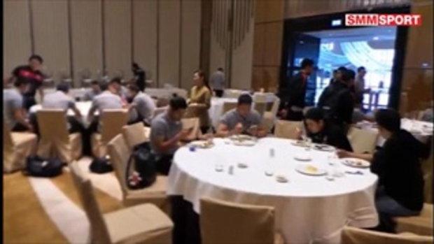 นักบอลเมืองทองฯ รับประทานอาหารที่โรงแรม ก่อนที่จะเดินทางเข้าพักที่รร. Courtyard  Marriott