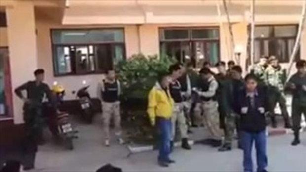 พี่เสื้อเหลืองชักปืนต่อหน้าชาวบ้านนับร้อย หน้าว่าการอำเภอ ใช่เจ้าหน้าที่หรือไม่