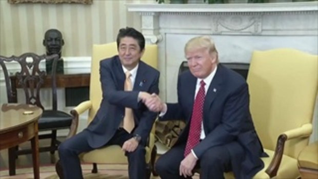 หลุด! คลิป นายกฯญี่ปุ่น กับ ปธน. สหรัฐฯ จับมือกันแบบอธิบายอารมณ์ไม่ค่อยถูก