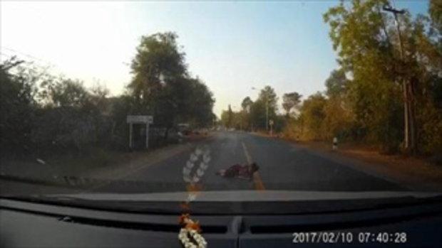 โซเชียลเตือนภัย! หญิงชราแกล้งล้มลงถนน ทำเนียนว่ารถชน