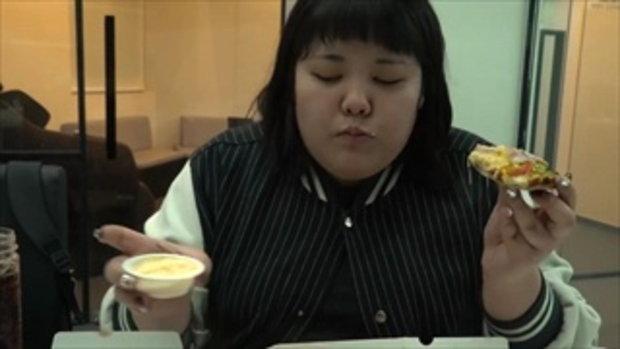 เน็ตไอดอลเกาหลีกินพิซซ่าถาดยัก ชีสเยิ้มๆ น่าอิจฉาสุดๆ