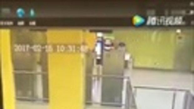 พนักงานทำความสะอาดสถานีรถไฟในจีน ถูกชายปริศนาปล้นจูบ