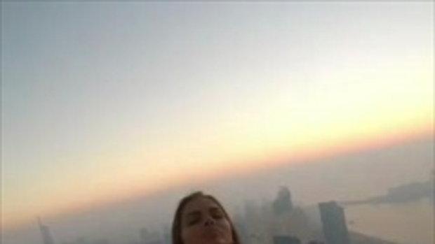 นางแบบสาวใจกล้า ห้อยตัวถ่ายแบบชั้น 73 ตึกสูงเมืองดูไบ