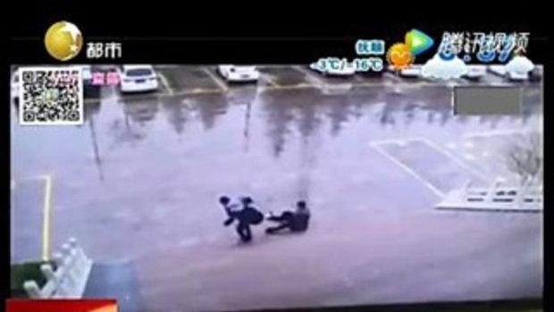 เล่นโทรศัพท์เป็นเหตุ ชาย 2 คน ลื่นล้มก้นกระแทกไหลลงบันได ชาวเน็ตฮาทั่วหน้า