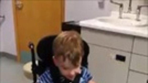 สุดประทับใจ ทารกน้อยจับมือแฝดป่วยหนัก เคียงข้างเสมอตั้งแต่เกิดจนโต