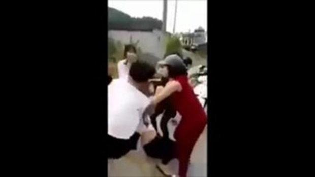 แก๊งนศ.สาวเวียดนามรุมตบตี กระชากเสื้อสาวคู่กรณีกลางถนน