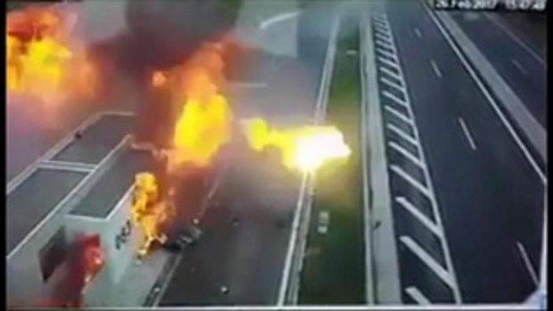 คลิปสยอง 4 ศพ ลูกเศรษฐีพาเพื่อนซิ่งปอร์เช่เสียหลัก ชนรถแม่ลูกระเบิดไฟท่วม