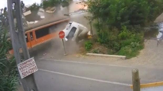 ชนโหดขาดสองท่อน! เมื่อรถไฟชิลีปะทะรถบรรทุก ที่ไม่หยุดตรงทางข้ามดับคาที่