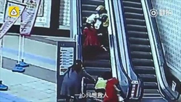 คนชื่นชม 2 หนุ่มพนักงานส่งอาหารช่วยหญิงตกบันไดเลื่อน ลูกร่วงตกรถเข็น