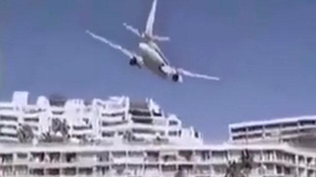 เครื่องบินกำลังจะตก กัปตันบังคับหลบตึก ก่อนลงจอดในทะเล อย่างเหลือเชื่อ !!