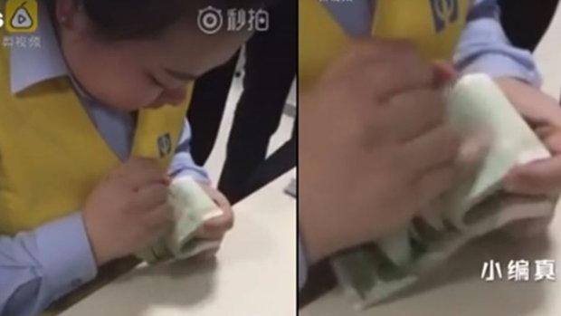 สกิลขั้นเทพ! พนักงานหญิงของจีนนับเงินเร็ว มองตามแทบไม่ทัน