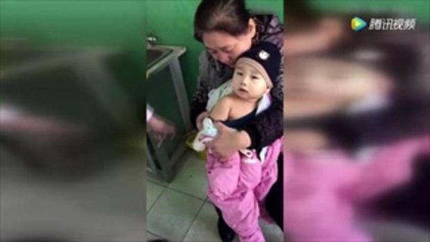นิ่งสนิท! เด็กน้อยถูกจับฉีดยาไม่มีร้อง นั่งเงียบจนจบกระบวนการ