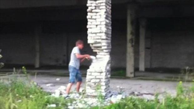 หนุ่มรัสเซียสุดพิเรนทร์ ใช้อิฐทุบเสาบ้านร้าง ถล่มพังครืนในพริบตา