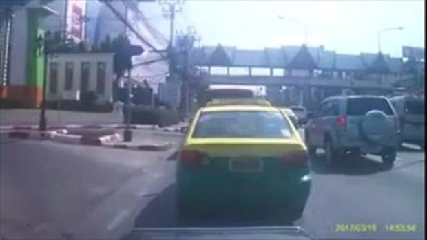ความปลอดภัยอยู่ที่ไหน วินาทีป้ายโฆษณาริมทางปลิวใส่รถยนต์