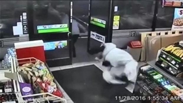 คลิปโจรควงm16 ปล้นเซเว่น ถูกพนักงานยิง วิ่งอย่างหมา