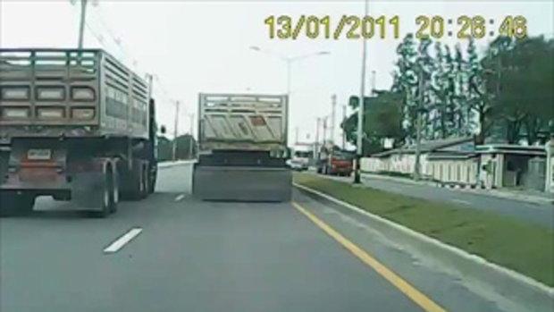 รถบรรทุก 2คัน ตีคู่ขวางถนน สร้างความเดือดร้อนให้คันหลัง