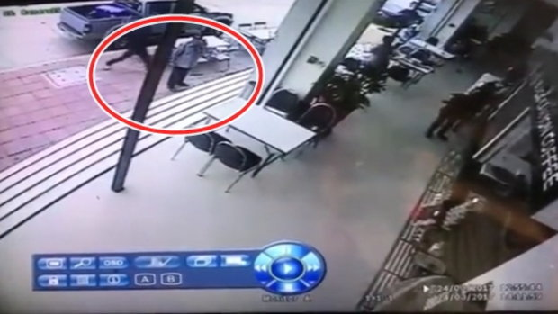 คลิปนาทีสยอง คนร้ายตีหัวกรรมการมวยเลือดอาบ-จ่อยิงรปภ.ตาย คาสนามมวยลุมพินี
