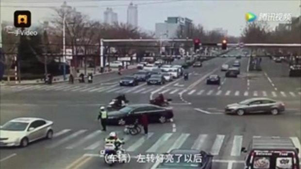 ชาวเน็ตชม! ตำรวจโดดลงช่วย โบกรถให้หญิงชราขาไม่ดีข้ามถนน