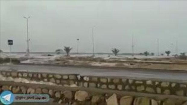 นาทีระทึก ชาวบ้านเร่งขับรถหนีคลื่นขนาดใหญ่ ขณะเกิดสึนามิที่อิหร่าน