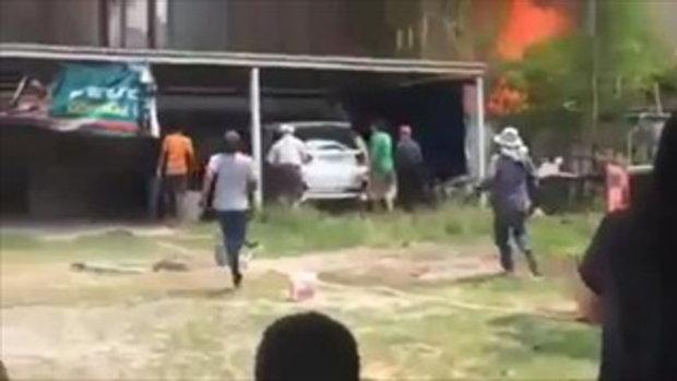 ปรบมือรัวๆๆ น้ำใจคนไทยมีเหลือเฟือ วิ่งกรูช่วยยกรถยนต์ หนีไฟกำลังไหม้
