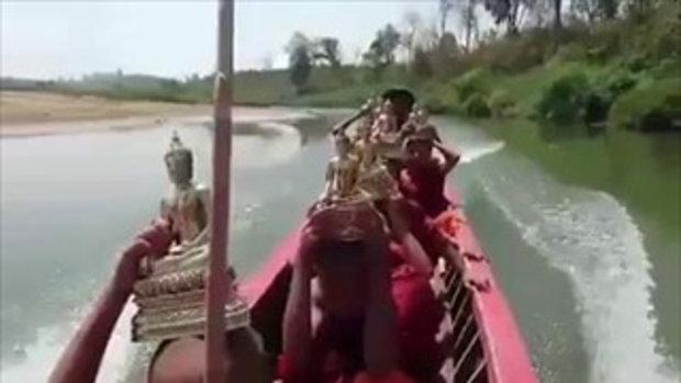 สามเณรน้อยชาวพม่าอันเชิญพระพุทธรูปไปมอบแก่ชาวกะเหรี่ยงพม่า เมืองพะอัน