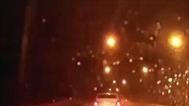 หนุ่มขับรถมาดีๆ เจอกระบะวิ่งลุยฝนพุ่งชนเต็มๆบนสะพานยกระดับ ก่อนซิ่งหนีดื้อๆ