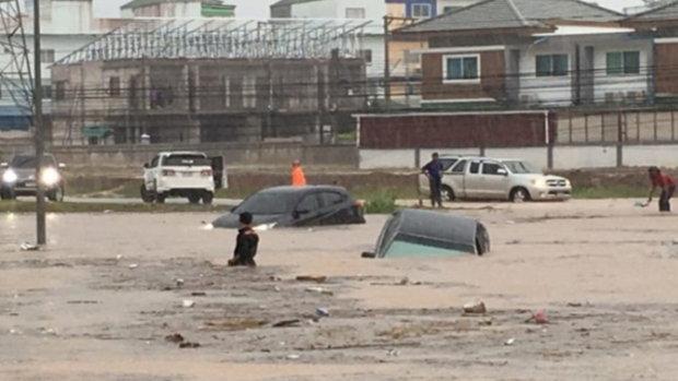ฝนตกหนัก 4ชม. ระยอง น้ำท่วมมิดรถเก๋ง การจราจรเป็นอัมพาต