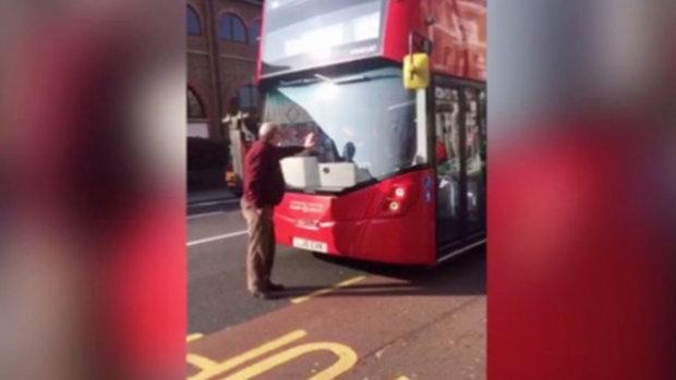 โกรธ โกรธ!! มนุษย์ลุง ไม่ให้ขยับ เอามือกั้นรถเมล์ซะจนรถติด แค้นใจถูกไล่ให้ไปขึ้นป้ายหน้า