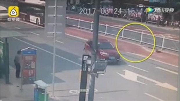 เสี้ยววินาที ถนนเมืองจีนยุบตัวเป็นหลุมลึก รถบัสโดยสารหวิดตกไปนิดเดียว
