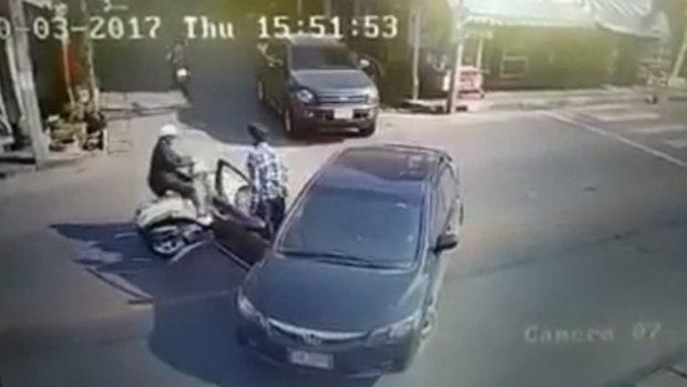 ชายลงจากรถ ผลักหัวคู่กรณีจนมอเตอร์ไซค์ล้ม หลังมีปากเสียงกันกลาง 3 แยก