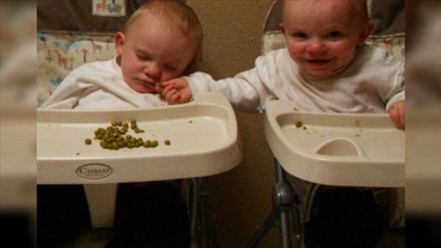 4น้องแฝดแบ่งอาหารให้กับพี่ชายที่กำลังง่วง