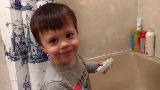 เด็กชายคนนี้ตื่นเต้นสุด ๆ กับการอาบน้ำ